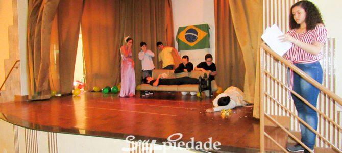 Estudantes encenam clássicos da literatura brasileira.