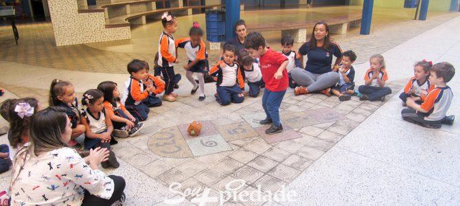 Brincadeiras estimulam o desenvolvimento e a consciência corporal.