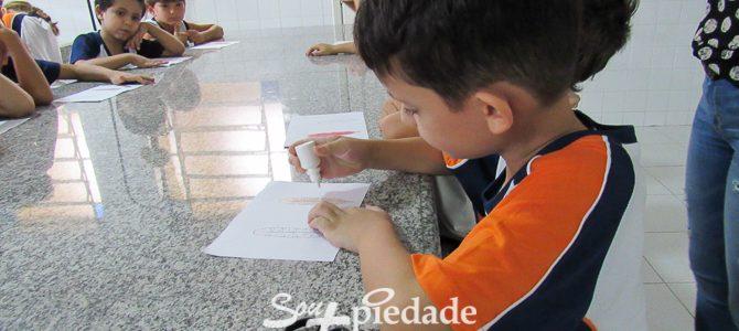 Aulas práticas, alunos aprendem com experimentação científica.