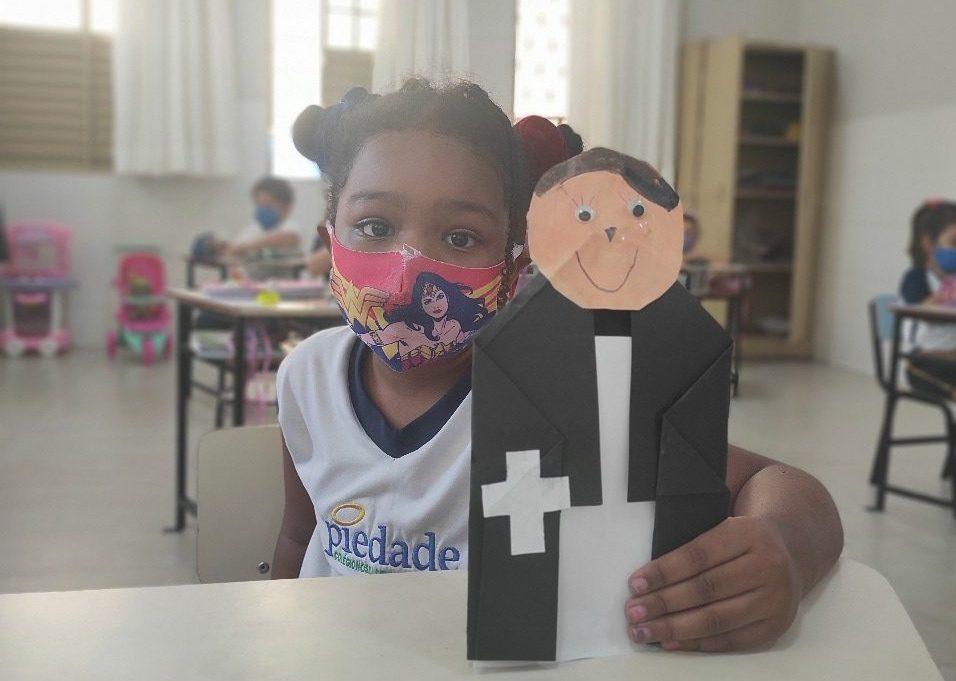 Estudantes criam origamis em homenagem ao Fundador da Congregação
